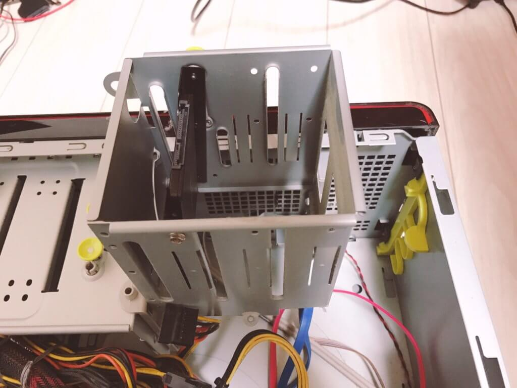 SSDをデスクトップ内に固定した写真