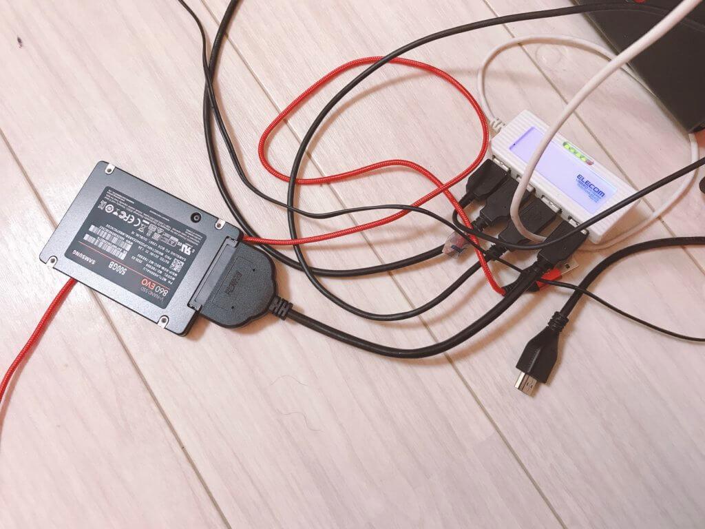 SSDとパソコンを繋いでいる写真